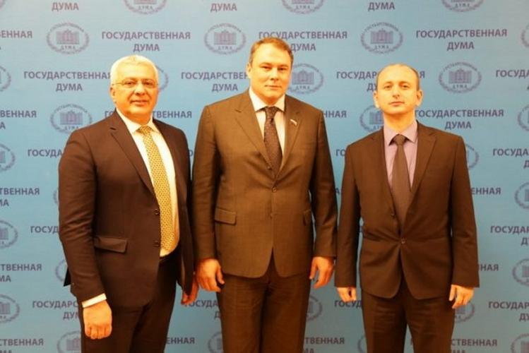 Лидери ДФ-а са Толстојевим унуком,                    потпредсједником Думе: Избори недемократски