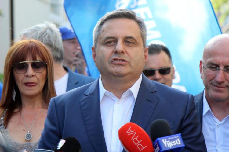 Радуновић: Бранићемо Милана Кнежевића до                                                        краја, позивамо народ да дође испред Скупштине